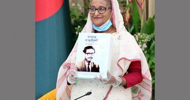 "PM unveils Braille version of Bangabandhu's ""Oshomapto Atmojiboni"""