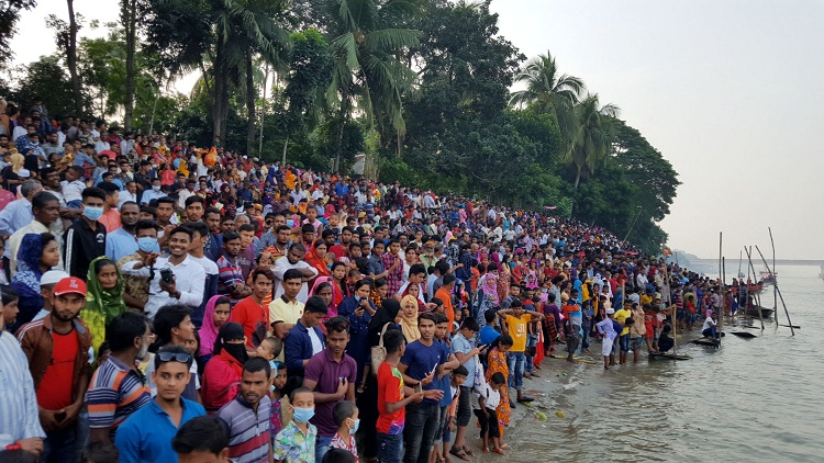 Hundreds of thousand people flock to watch Nouka Baich  – Countryside – observerbd.com