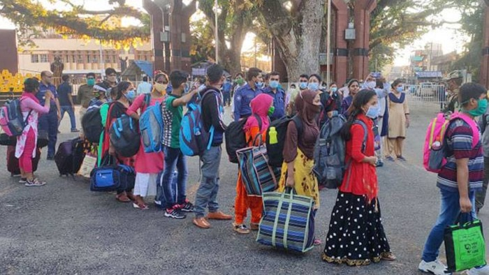 30 Bangladeshi men, women detained in India return home