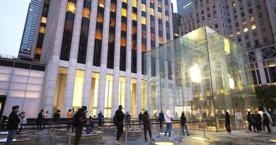 Apple's long flirtation with the car business divides analysts